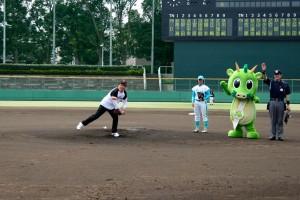 さいたま市長の始球式の写真