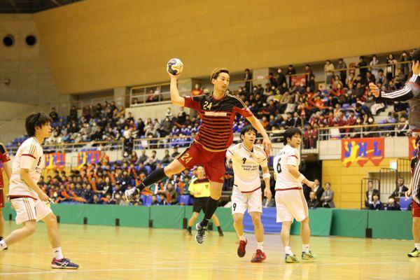 第41回日本ハンドボールリーグさいたま大会でシュートする信太選手の写真