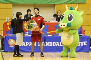 第41回日本ハンドボールリーグさいたま大会通算500得点を決めた東長濱選手の写真